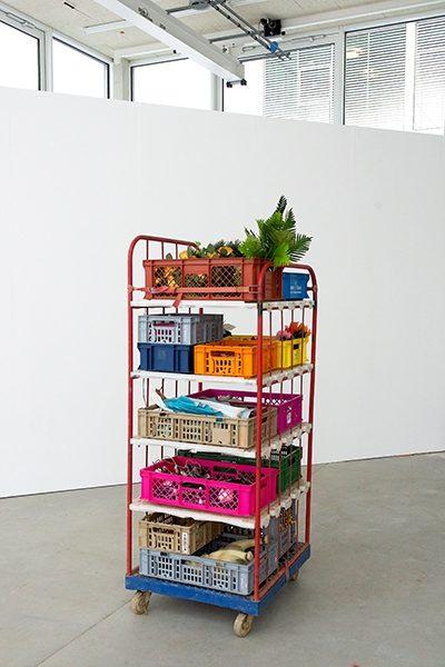 Tank, Stand der Dinge, 2016, Objekt, Nippes, Kunststoffkisten, Metallgestell