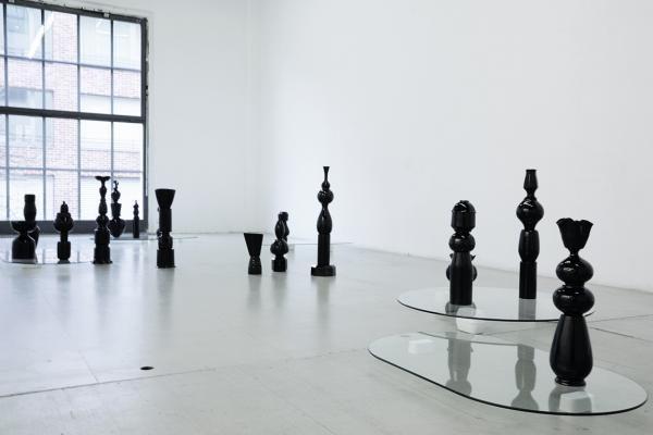 Kasko, Black wrap, 2018, Schwarze Gefässe, Glasplatten, Gipssockel, Foto; Pascale Lustenberger