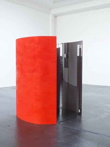 MOVEMENT, 2016, Irgazin Rot, Caput Mortuum und Exciter auf Glas, Ton, 2 Teile: je 117 × 120 × 20 cm, 50' Loop, Musik Wendelin Schmidt-Ott