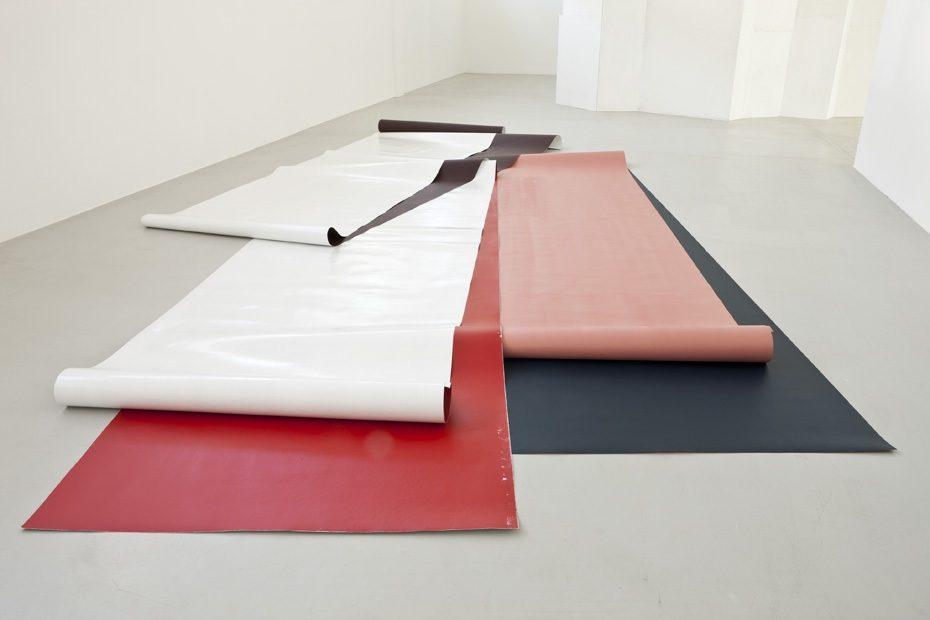 Wege annähernd umgeben 2010;  Bodenarbeit Acryl und Lack auf Papier ca. 4,3x7x0,2m;  Kunsthaus L6, Freiburg im Breisgau;  foto © Martin Stollenwerk, Zürich