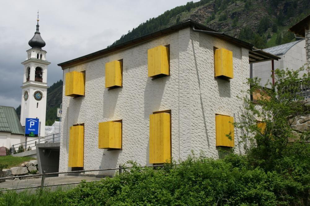 Das Haus, 2011, Bau-Schalbretter an Abbruchhaus, Installation, Vias d\'Art Puntraschigna, Pontresina