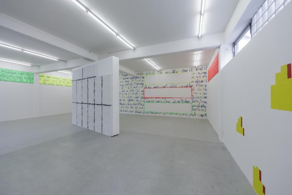 Repetitions, 2017, Wandarbeit 380 × 1200 cm und 3 Leinwände 80 × 295 cm, Spray und Acryl auf Wand und Leinwände