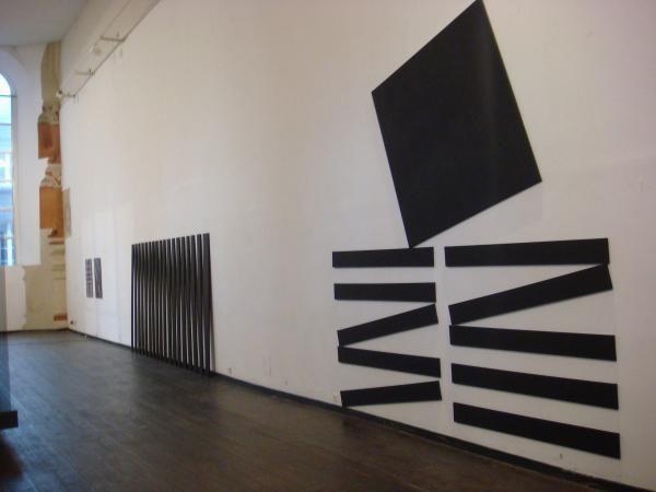 """""""Equilibrio"""", 2009,Grösse variabel: 10 Mal 10x150 cm; 1 Mal 150x150 cm, Baumwolle, Acrylfarbe, Holz und"""
