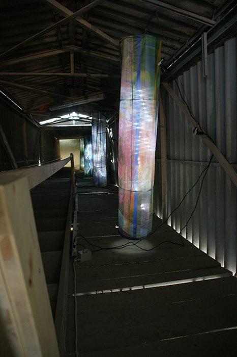 Installation brain-drain, 2013. pigmented Inkprint auf flagtextile outdoor, mit LED-Stäbchen ausgeleuchtet.