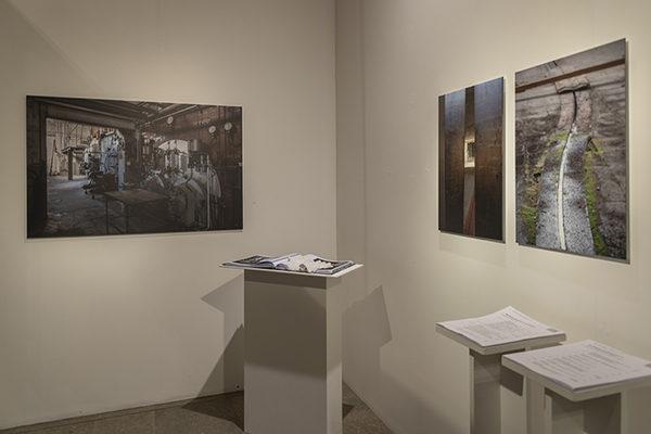 Ausstellungsfoto von der Schau im Kunsthaus Zofingen 2018. Buch und Bilder (Direktdruck auf Aludibond) von der Papierfabrik Zwingen von 2014 resp 2015 und 17