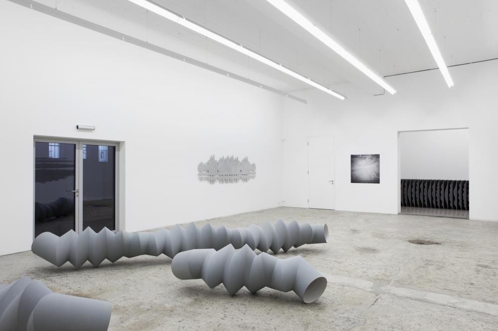 Zig-Zag Rotation, 2013, Kartonrohr, Zinkstaubfarbe, Raumansicht Galerie Mark Müller Zürich
