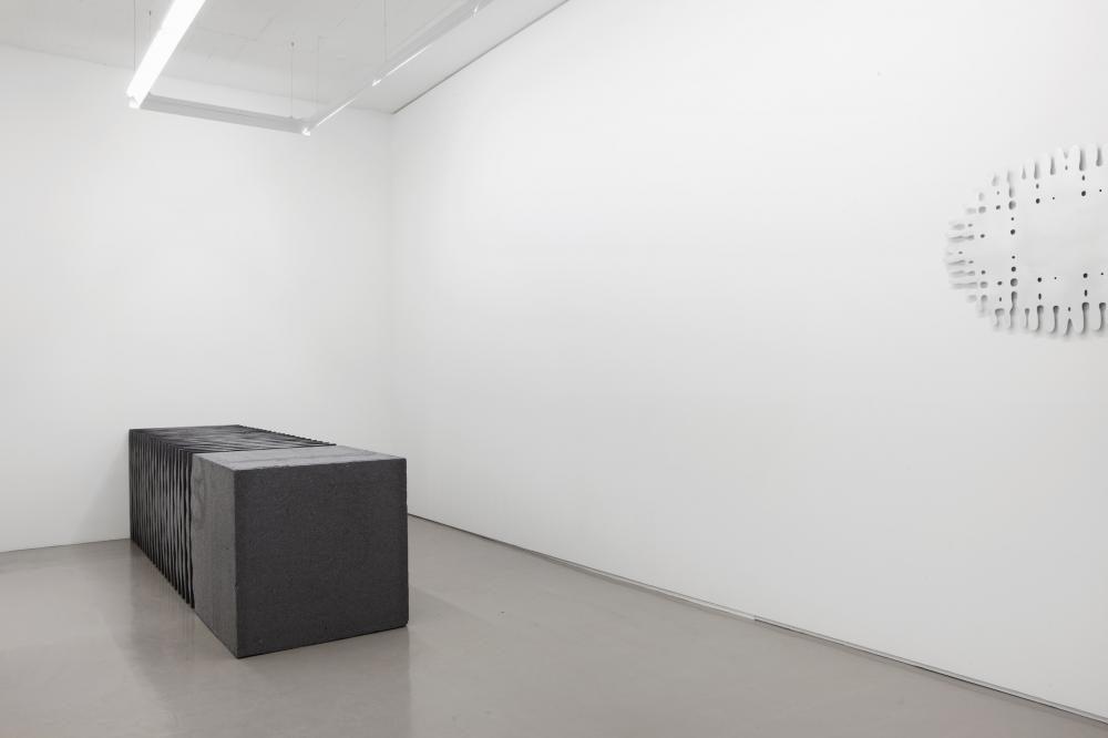 Block geschnitten, Sagex nero, 2012, Raumansicht Galerie Mark Müller Zürich