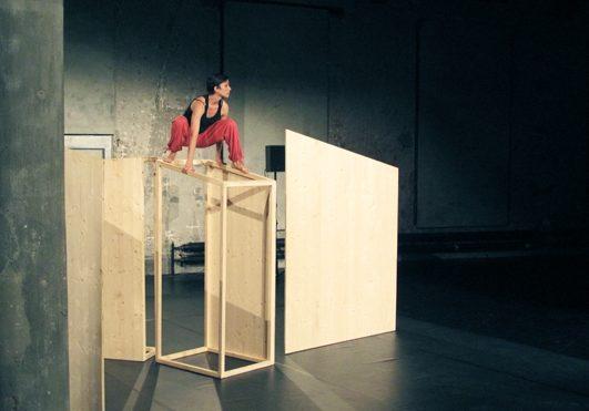 Gian Girun, 2012, Tanz-Musik-Text und Installation, 3-Schicht Platten und Fichtenlatten (Aufführungen in Zug, Chur und St.Gallen)