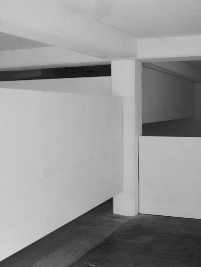 Séparée, 2012, 3-Schichtplatten weiss lasiert, Kunstraum Sandra Romer Chur