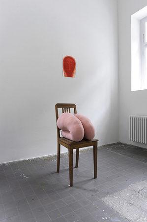 2 Kniekissen auf einem Stuhl, Betttuch, Nähgarn, Füllstoff, 2019