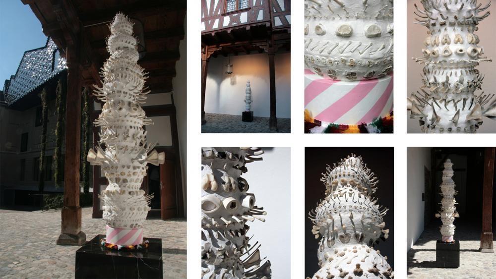 Totem, 2013, Knochen, Zähne, Textilfransen, Acryl, Negro Marquina, Chromstahl, Styropor, Bauschaum, Laminat- und Modelliermasse, 230 x 50 x 50 cm.