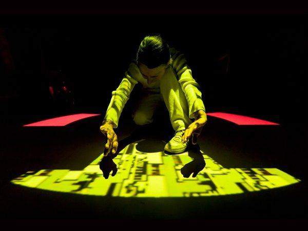 metoso – die interaktive Tanzperformance, 2012, Rauminstallation/Performance mit Heidi Köpfer, (Photo: Rolf Bürgin)