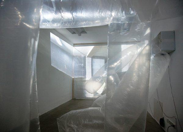 Real Estate, 2012, Videoinstallation mit pneumatischen Objekten