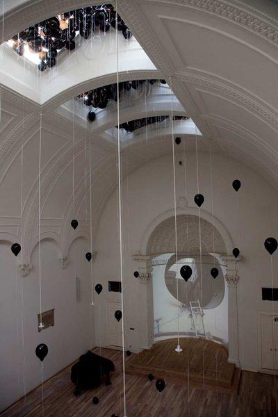 in transition, 2012, Videoinstallation, schwarze Ballone