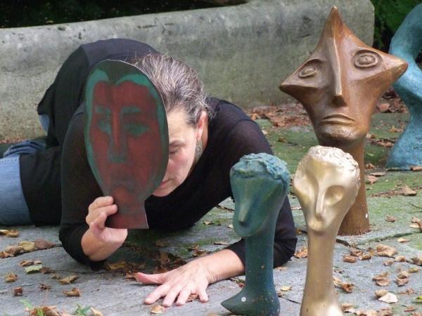 Ausstellung Spleen SGBK, Performance Nadine Seeger, Skulpturen Marie Pierre