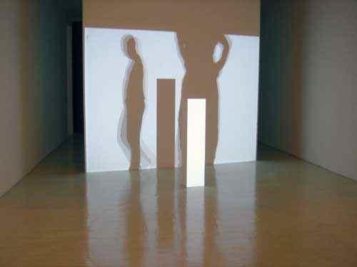"""""""I'm an Exhibition"""", 2002, 1-Kanal-Videoinstallation mit weissem Sockel"""