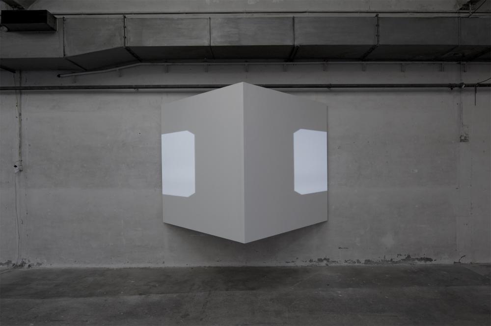 white cube, 2-Kanal Videoinstallation, 2009, 155 x 155 cm, s/w, ohne Ton, 3'49'' loop, Videoprojektoren, Sperrholz