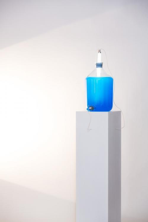 POWERTUBE, Objekt, 2016, 28 × 28 x 160 cm, Glasflasche, Leuchtstoffröhre, isotonische Flüssigkeit