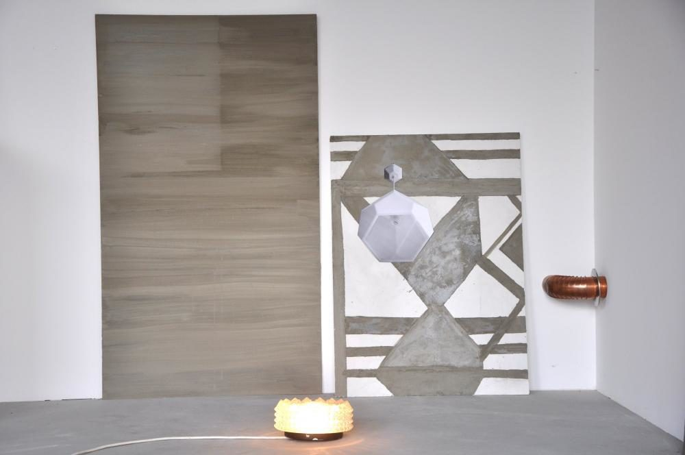 Installation, 2011-12, 146 x 161 x 100 cm, Holzplatten, Zement, Leim, Foto, Lampe