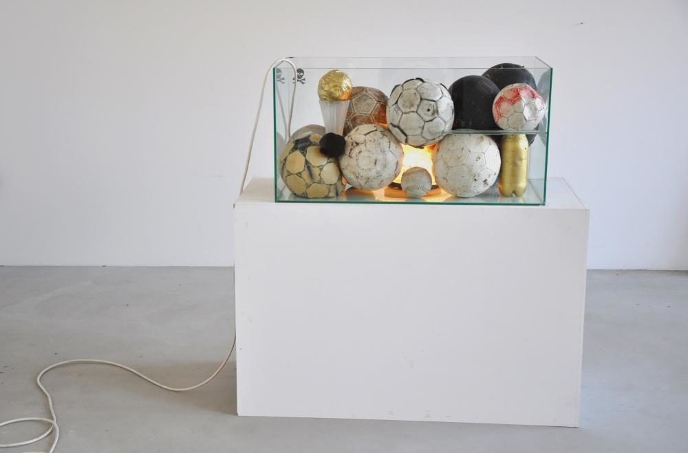 Entre-temps, 2012, 108 x 104 x 50 cm, Aquarium, Bälle, Pokal, Lampe, Sockel