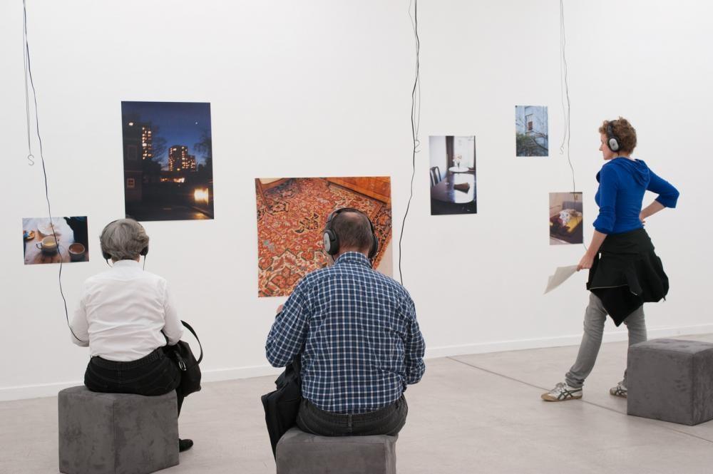 affinities (Verortung #1), 2008 - 2011, CD-Player, Kopfhörer, Fotografien, Hocker. Ausstellungsraum Klingental Basel, 2011 (Foto: Leeli)