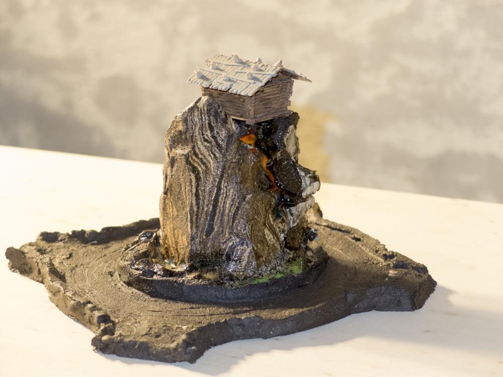 Wildniss/Kreisel, 2015, Ton gebrannt und glasiert, Modelleisenbahnzubehör, Holztisch