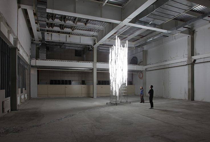 MONUMENTING, 2010, Donetsk City, Ukraine. Collaboration avec Florine Leoni. Installation in situ, échaffaudage, 100 tubes fluorescents. Ludmila Bereznitski and Partner Gallery