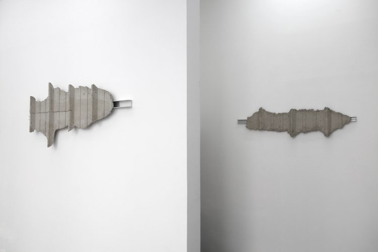 BARDAGE 2 (étude), 2012, mortier, aluminium, 70 x 150 x 12 cm / BARDAGE 1 (étude), 2012, mortier, aluminium, 30 x 120 x 12 cm. Vue de l'exposition collective SEPTEMBRE, galerie Bertrand Baraudou