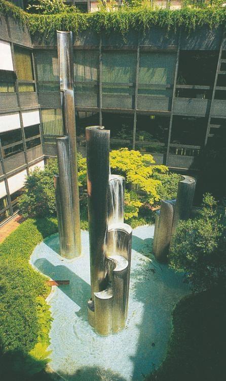 Geysir, Brunnen und Innenhof Gestaltung 1975, Chromstahl, Spital Basel