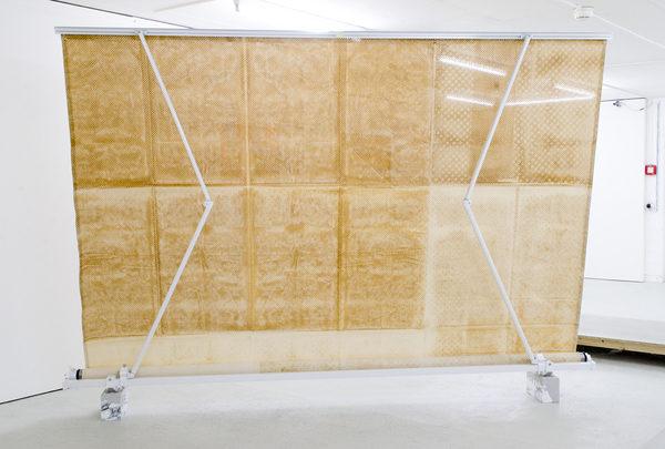 LASER CUTS (42), Licht durch Leinwand, Gelenkarm, Beton, Folie, 300 × 30 × 200 cm, 2016