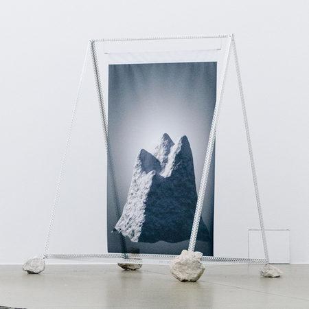 DER DRITTE BERG, Digitaldruck auf Textil, Blechprofil und Steine, 120 × 90 × 140 cm, 2017