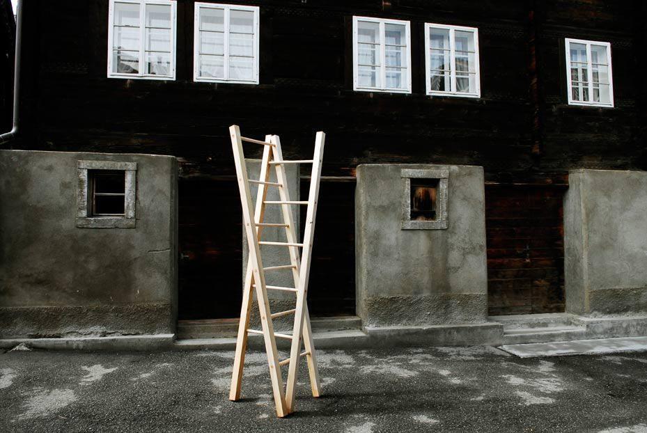 """Object """"Les échelles - Doppeln Nach"""" À travers champs, Querfeldein, Goms(VS), 2008"""