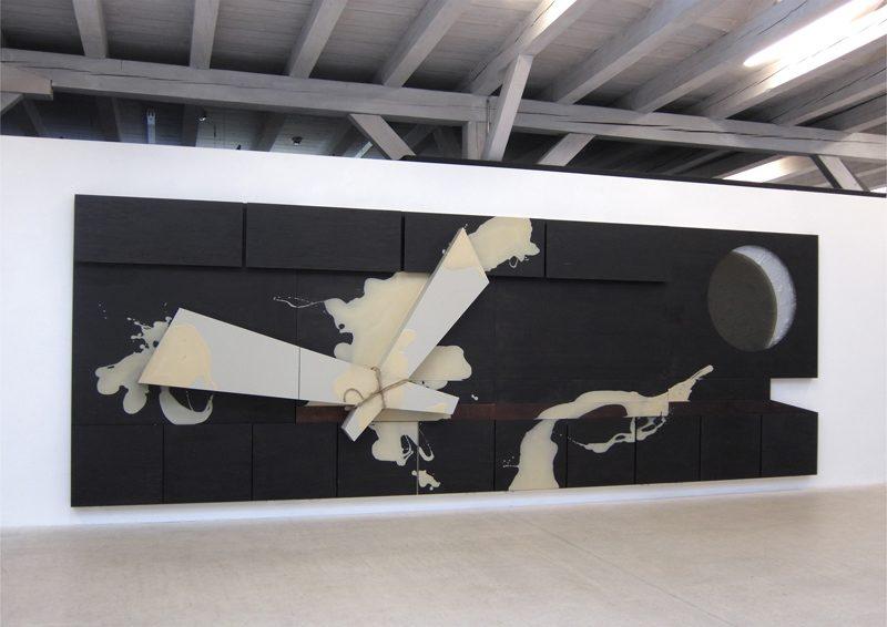 Wohnwand, 2014, 210 x 600 x 25 cm, Holz, Glas, Sand, Hanfseil, Epoxy, Farbe