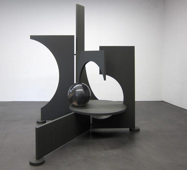 Erschaffung, 2013, 220 x 280 x 200 cm, Holz, Eisen, Polyester, Graphit, Farbe