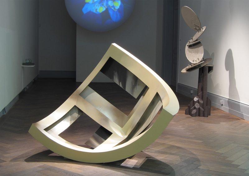 Clubsessel, Quelle, Stalagmit, 2010, Holz, Farbe, im Hintergrund RGB-Planet von Katja Loher